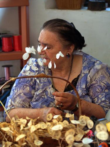 Etiennette confectionnait ses bouquets de fleurs sauvages (Photo Gazette Catalane)