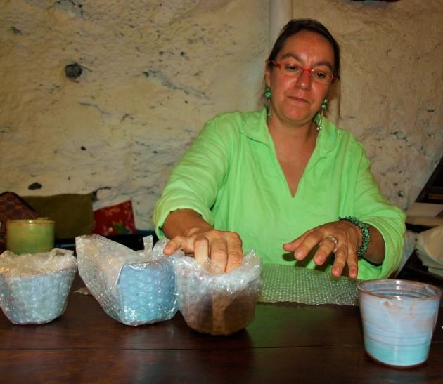 Anne Vince potière à Castelnou (Photo La Gazette Catalane)