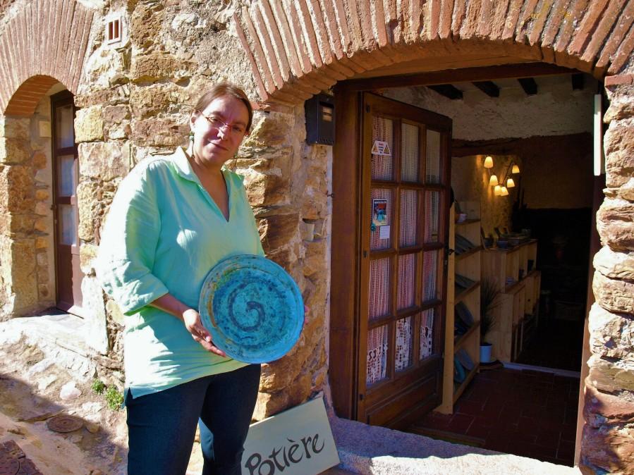 La potière à Castelnou Anne Vince ( Photo La Gazette Catalane)