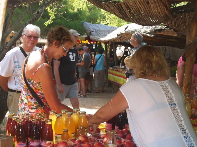 Castelnou Goûter  les bons produits locaux Photo lagazettecatalane.com.jpg