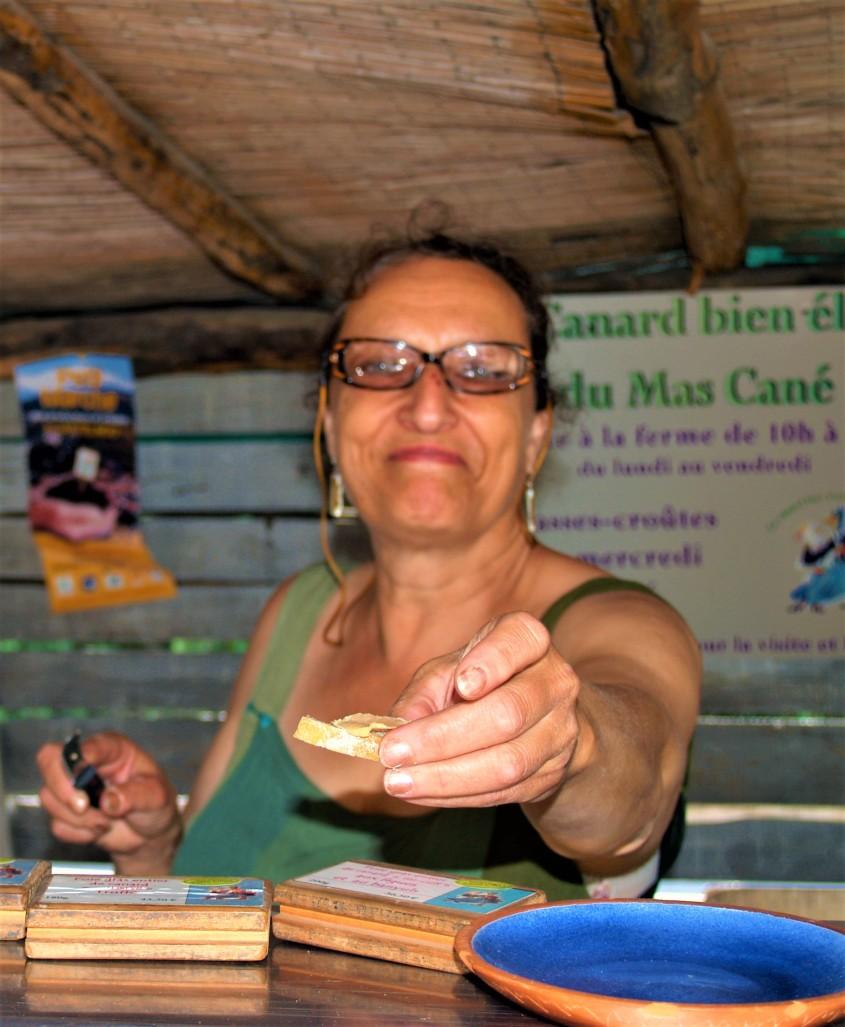 Castelnou Goûter sur le marché les bons produits locaux Photo lagazettecatalane.com.jpg