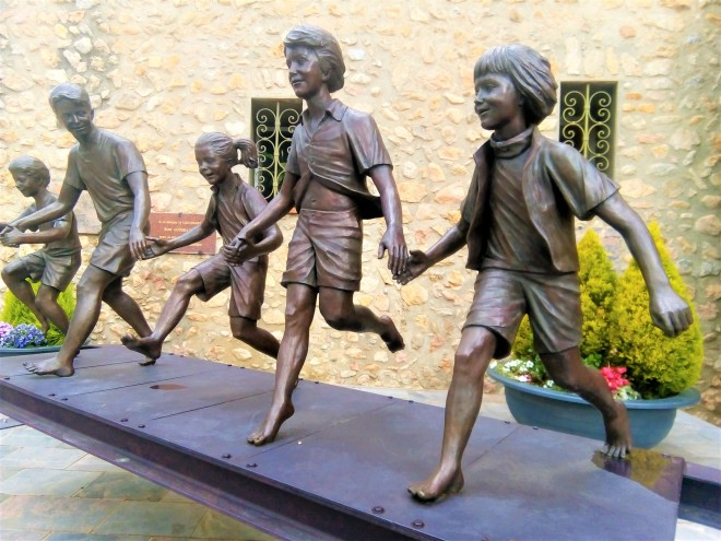 Les extraordinaires sculptures en bronze de l'artiste catalane Marta Solsona égayent à merveille, la Place Gabriel Peri et le péron de l'hôtel de ville de Thuir...
